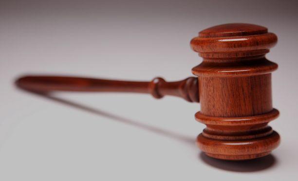 Äiti selvisi tyttärtensä hyväksikäytöstä neljän vuoden tuomiolla, kun hänen ex-miesystävänsä sai lähes viisi vuotta vankeutta.