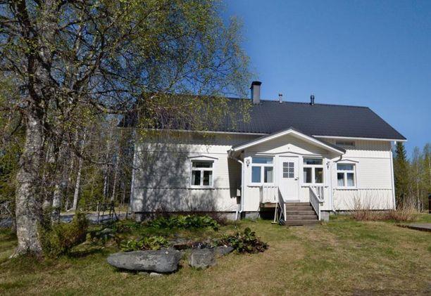 Kuusamolainen järvenrantamökki on vielä vapaana heinäkuulle. Isommallekin seurueelle sopivan mökin vieraat saavat lisämaksusta käyttöönsä paljun ja savusaunan.
