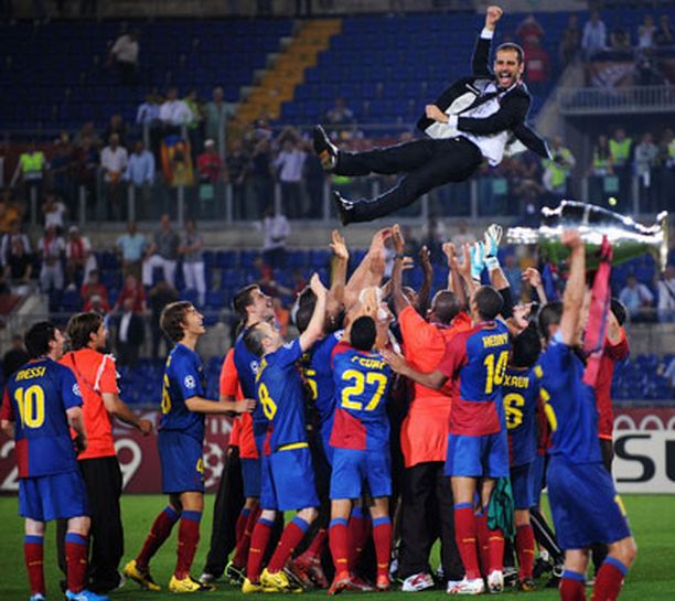 Barcelona-luotsi Pep Guardiolaa juhlittiin viime kaudella Rooman olympiastadiolla.