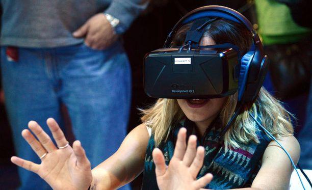 Virtuaalitodellisuuden arvellaan saapuvan kunnolla kuluttajien ulottuville 2015. Kuvassa Altspace Virtual Reality -kypärä.