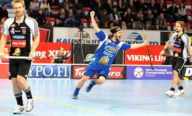 ILLAN HAHMO Erän Markus Bollström veivasi kaksi maalia peräjälkeen osuttuaan ensin kahdesti tolppaan.