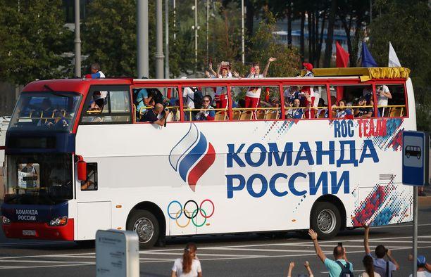 Venäjän joukkue tuotiin keskustaan busseilla.