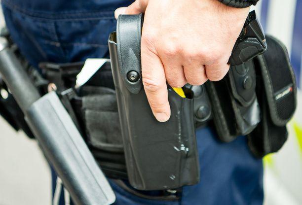 Poliisi joutui käyttämään ampuma-asetta kiinnioton yhteydessä. Kuvituskuva.