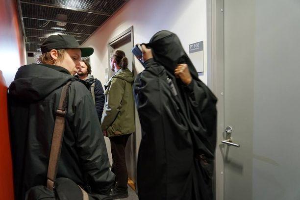 Raiskaustuomioon päättynyt oikeudenkäynti Tapanilan joukkoraiskaustapauksessa järkytti suomalaisia. Vaikka osa oli valmis syyllistämään tapauksen jälkeen koko somaliyhteisön, asiantuntija muistuttaa, ettei kyse ole kansalaisuudesta vaan muista ongelmista.