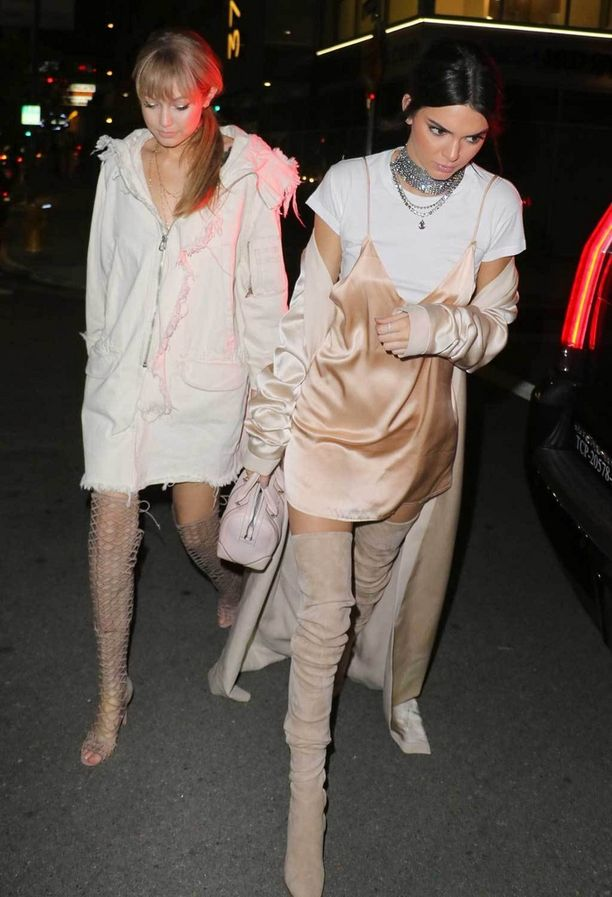 Gigi Hadid ja Kendall Jenner suosivat ylipolvensaappaita bileasuissa.