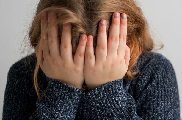 """Uhri koki tapahtuneen jälkeen voimakkaita syyllisyyden, häpeän ja raivon tunteita. Asiantuntija kuvaili lapsen psyykkisen tilanteen olleen """"vakavammasta päästä"""". Kuvituskuva."""