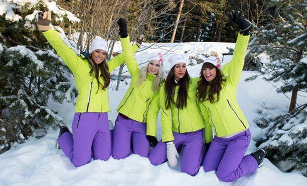 Krista Niskanen (vas.), Miriam Concalves, Carola Miller ja Iina Immonen nauttivat kunnon talvesta myös pääkaupunkiseudulla. Parikymmentä astetta pakkasta ei hillinnyt ilottelua lumessa.