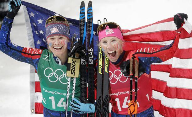 Kikkan Randall (oikealla) kruunasi uransa parisprintin olympiakultaan yhdessä Jessica Diggingin kanssa.