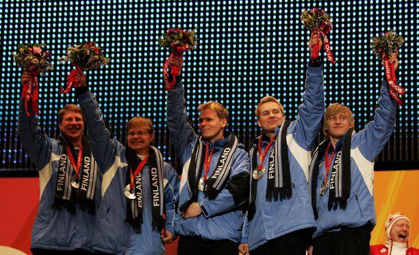 Suomi juhli miesten curlingin olympiahopeaa Torinossa 2006.