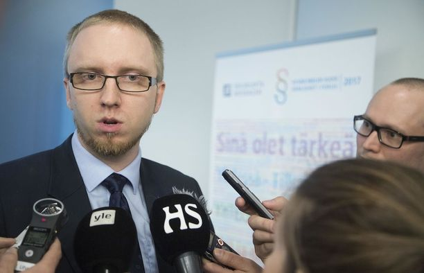 Perussuomalaisista loikanneen eduskuntaryhmän puheenjohtaja Simon Elo myöntää Seiskalle salasuhteen kokoomusnuoreen.