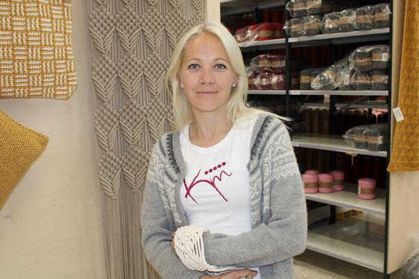 Kaisa Mäkäräinen esitteli käsityötaitojaan Kauhavalla Lankava-liikkeessä.