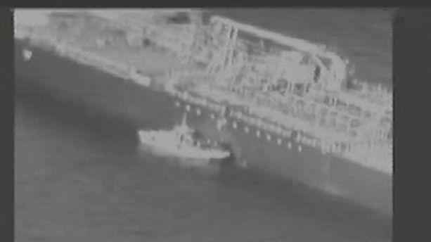 Videolta otetussa kuvakaappauksessa näkyy, miten iranilaiset väitetysti poistavat räjähtämättömän miinan tankkerialuksen kyljestä.