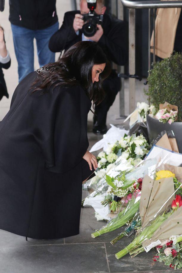 Herttuatar Meghan laski kukat uhrien muistolle.
