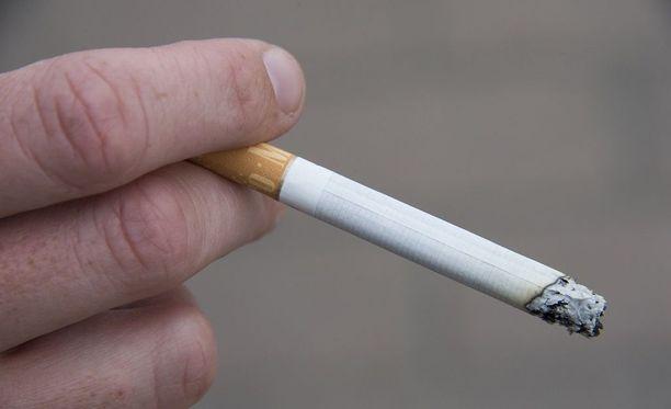 Naisen ei olisi koskaan kannattanut sytyttää tupakkaa terminaalissa. Kuvituskuva.