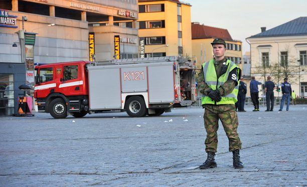 Sotilaspoliisi Kuopion torilla vuonna 2009.