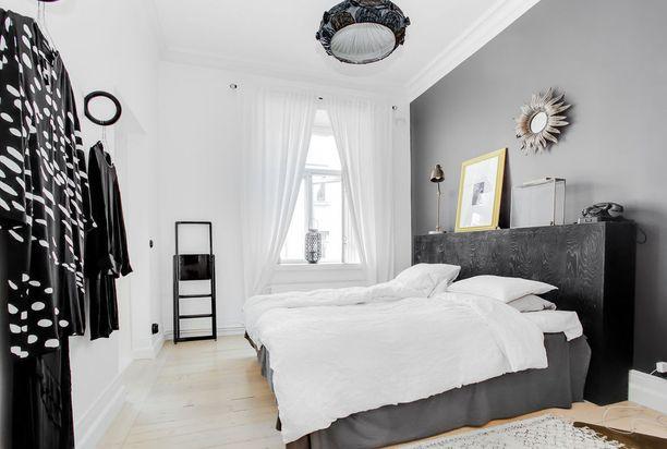 Tähän makuuhuoneeseen on tuotu mustilla yksityiskohdilla hieman särmää. Mustan ja valkoisen yhdistelmä on klassikko, joka toimii aina.