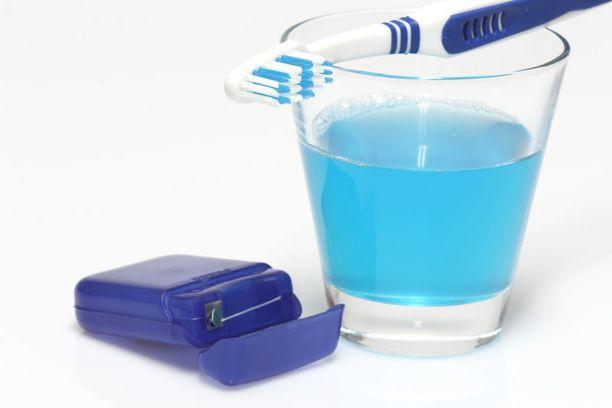Harjaa hampaitasi vähintään kahden minuutin ajan kahdesti päivässä. Puhdista myös kielesi ja käytä hammaslankaa ja suuvettä.