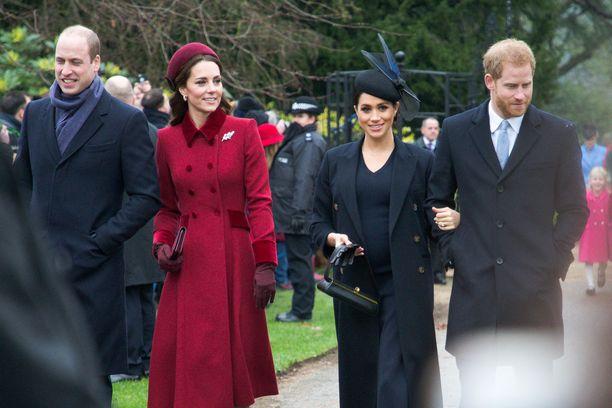 Herttuatar Catherine (toinen vas.) aikoo toimia prinssi Williamin (vas.) ja prinssi Harryn välisenä sovittelijana. Oikealla Harry ja puoliso Meghan.
