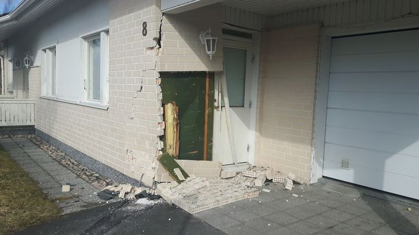 Omakotitalon seinään tuli valtava aukko, kun auto rysähti sitä päin yöllä.
