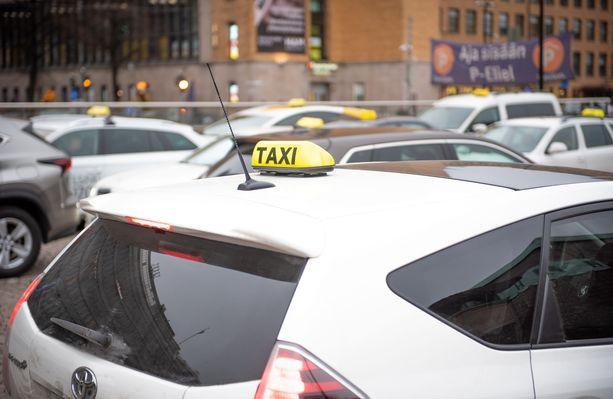 Keltainen valolla varustettu taksikupu muuttuu jälleen pakolliseksi varusteeksi autoissa vapunpäivästä lähtien.