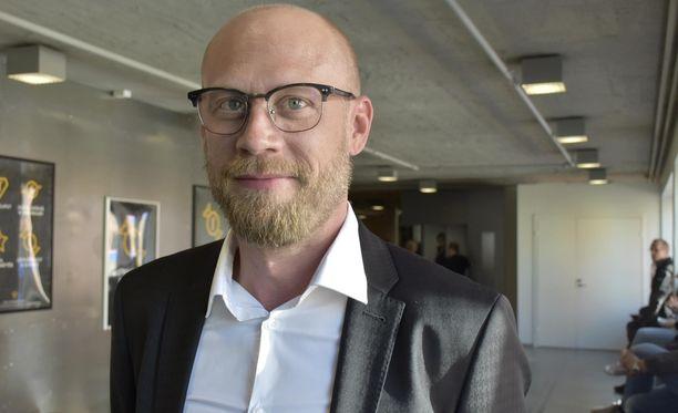 Iikka Forss nähdään Ilosia aikoja, Mielensäpahoittaja -elokuvassa päähahmon poikana. Kari Tapio -elokuvassa on tiedossa musiikkilegenda Dannyn rooli.