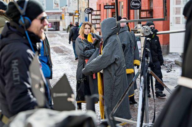 Vaikka Porvoossa vallitsi kaunis kevätpäivä, viileä sää pakotti näyttelijät pukemaan ylleen lämpötakit.