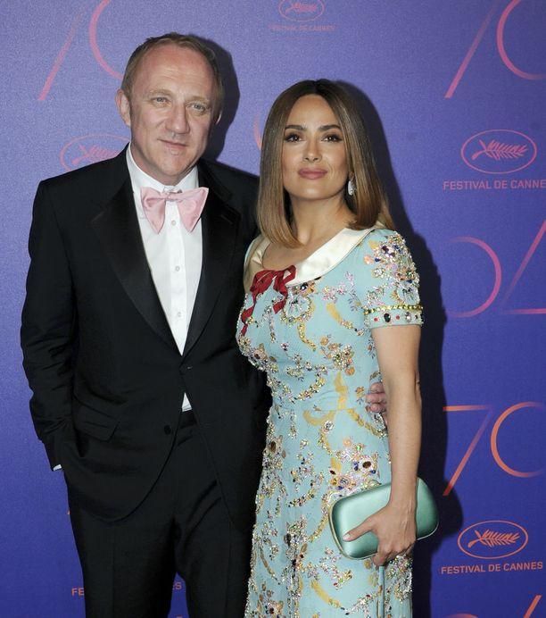 Meksikolaisnäyttelijä Salma Hayek torjui Trumpin vokotteluyritykset. Hän on naimisissa ranskalaisen, upporikkaan liikemiehen Francois-Henri Pinaultin kanssa.