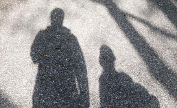 Pahimmassa tapauksessa vähätuloisella etävanhemmalla ei ole varaa tavata omaa lastaan eron jälkeen.