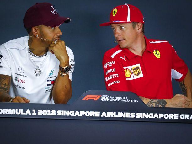 """Lewis Hamiltonin ja esikuvansa Kimi Räikkösen viime viikkoina kukkaan puhjennut """"miesromanssi"""" on huvittanut F1-piireissä. Kaksikko on vitsaillut toisilleen hyväntuulisesti tämän tästä."""