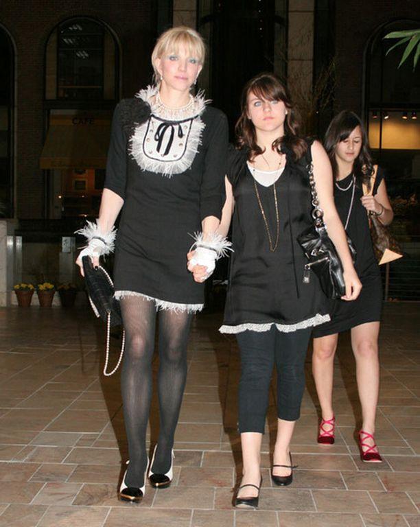 Courtney ja Frances matkalla Paris Hiltonin synttäreille helmikuussa 2007.