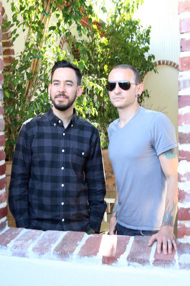 Linkin Parkin Mike Shinoda ja Chester Bennington. Yhtye tunnetaan muun muassa megahitistään In The End.