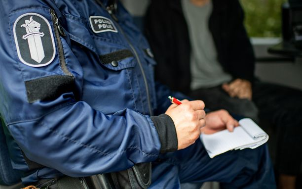 Poliisi kutsui 14-vuotiaan pojan ja tämän vanhemmat tyhjälle poliisitalolle perjantai-iltana. Täällä hän ehdotti virkapuvussa rahallista korvausta itselleen ja työparilleen. (Kuvituskuva. Kuvan henkilöt eivät liity juttuun.)