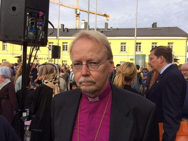 Turun puukotusten uhrien muistotilaisuudessa Helsingissä puhui myös arkkipiispa Kari Mäkinen.