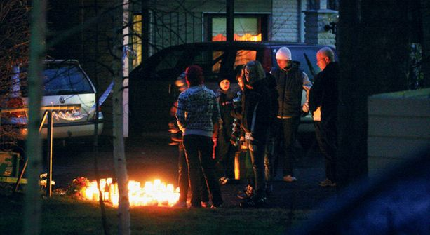 SUURI JÄRKYTYS Naapurit ovat edelleen järkyttyneitä viikonlopun perhetragediasta. Kodin edessä palaa kynttilämeri.