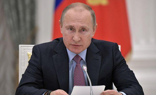 Putin vastaa toimittajien kysymyksiin suorassa lähetyksessä.
