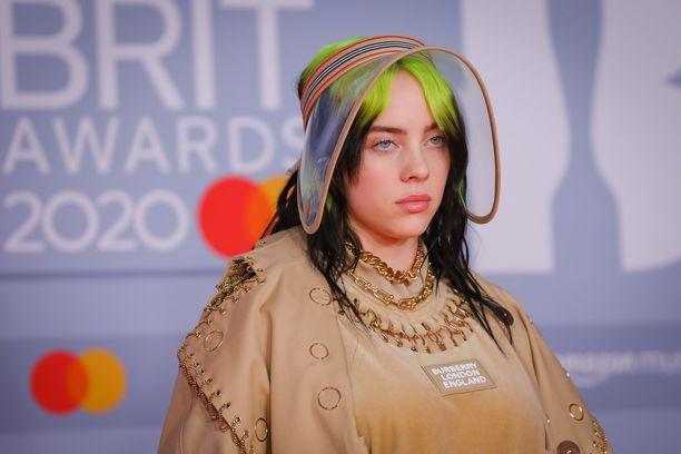 Billie Eilish viime vuoden Brit Awardseissa.