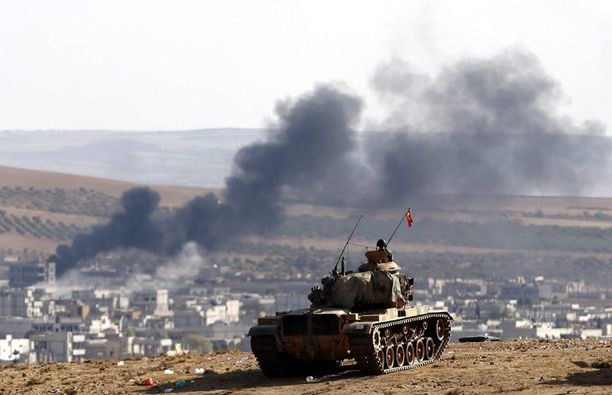 Turkin panssarivaunu seurasi Kobanen taisteluja rajan toiselta puolelta. Turkilla on rajan pinnassa huomattava määrä kalustoa.