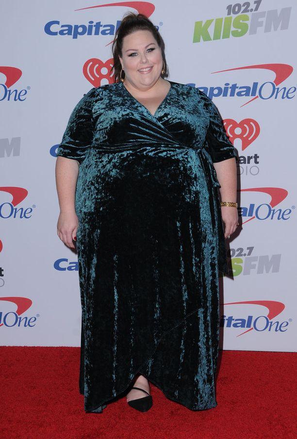 Näyttelijä sädehti tummanvihreässä samettiasussa radiokanava KIIS FM:n Jingle Ball -konsertissa.