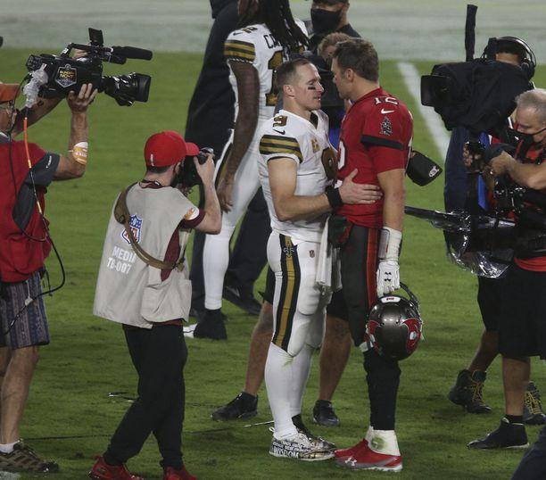 Drew Brees (vas.) jutteli Tom Bradyn kanssa marraskuussa ottelun jälkeen, kun kaksikko kohtasi edellisen kerran