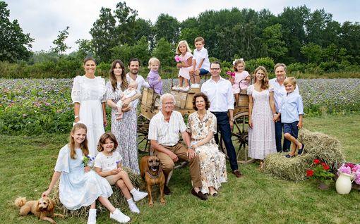 Ruotsin kuninkaalliset vihdoinkin yhdessä: harvinaisessa perhekuvassa 8 lastenlasta ja kaksi koiraa