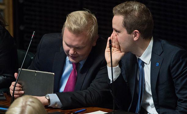 Keskustan varapuheenjohtaja Antti Kurvinen ja ryhmätoveri Petri Honkonen eduskunnassa viime syyskuussa.