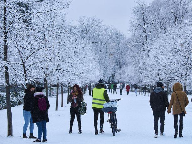 Osa Espanjaa, mukaan lukien kuvassa näkyvä pääkaupunki Madrid, sai torstaina lumipeitteen.