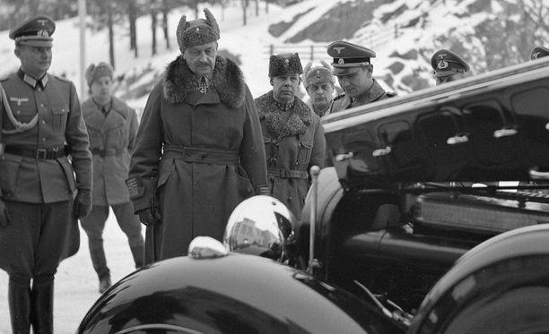 Hitlerin lahjoittama auto luovutettiin sotamarsalkalle joulukuussa 1941.