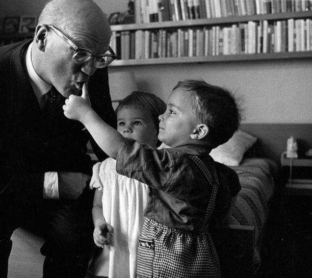Urho Kekkonen lastenlastensa Sallan ja Timon kanssa syyskuussa 1960. Lapsenlapset olivat presidentin silmäteriä, joille riitti aina aikaa. Erityisesti Timo vietti aikaa niin Tamminiemessä kuin Kultarannassakin.