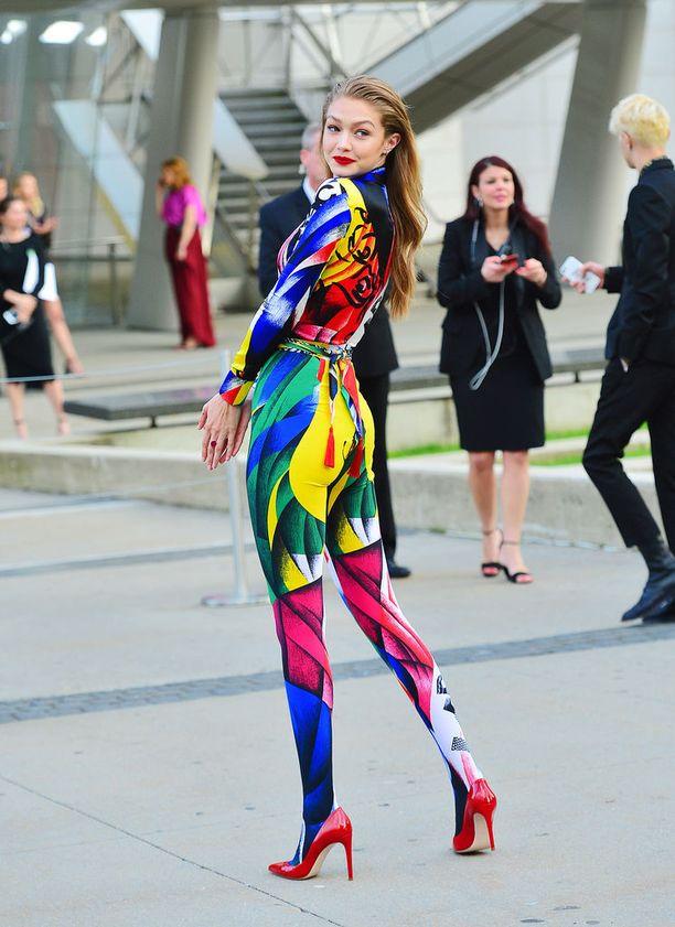Malli Gigi Hadid valitsi Versacen värikkään catsuitin CFDA Awards -muotigaalaan. Haalari on merkin syksy-talvi 2018 -mallistoa.