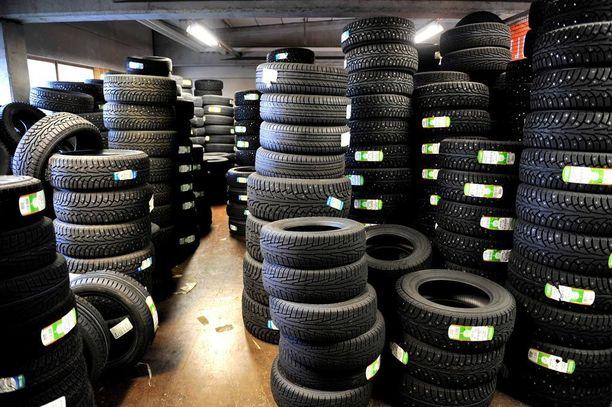 Moni pohtii juuri nyt, mitkä renkaat auton alle asentaisi.