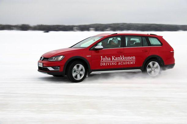 - Nelivetoautossa ei vastaohjausta oikeastaan juuri tarvita, neuvoo Juha Kankkunen.