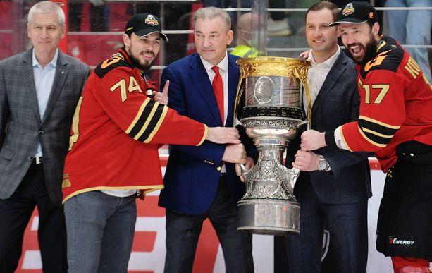 Vladislav Tretjak (keskellä) oli jakamassa Gagarin Cup -pystiä Avangard Omskin tähtipelaajille Aleksei Jemelinille ja Ilja Kovaltshukille.
