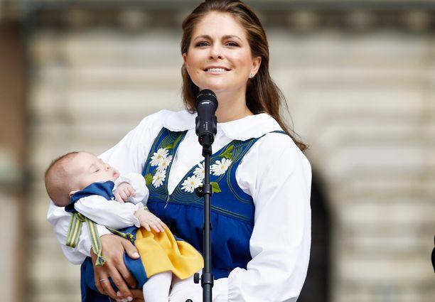 Leonore nelikuukautisena äitinsä sylissä.