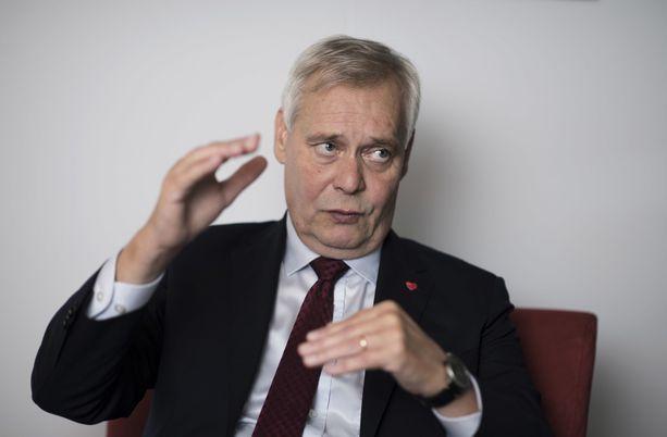 Pääministeri Antti Rinne kertoo taistelevansa viikon hoitotakuun ja 0,7 mitoituksen toteutuksen puolesta, vaikkei vastaa suoraan, mistä uudet hoitajat saadaan.